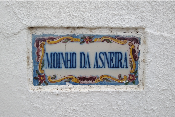 Tile at the door of Moinho da Asneira