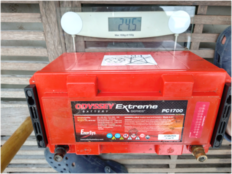 this picture shows the 12 Volt AGM on a weigh scale, showing that it weighs 24,5 kilos.