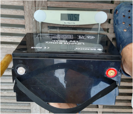 this picture shows the LiFePO4 battery on a weigh scale, showing that it weighs 10,5 kilos.